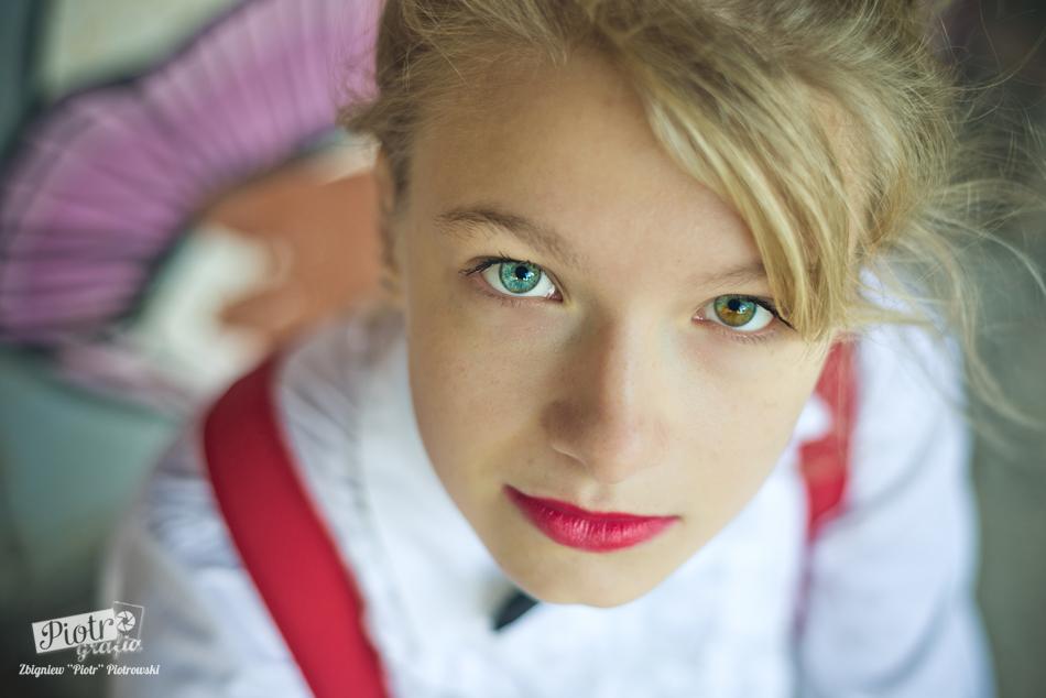 Karolina, heterochromia, niesforne włosy, zielona spinka i skrzypce …