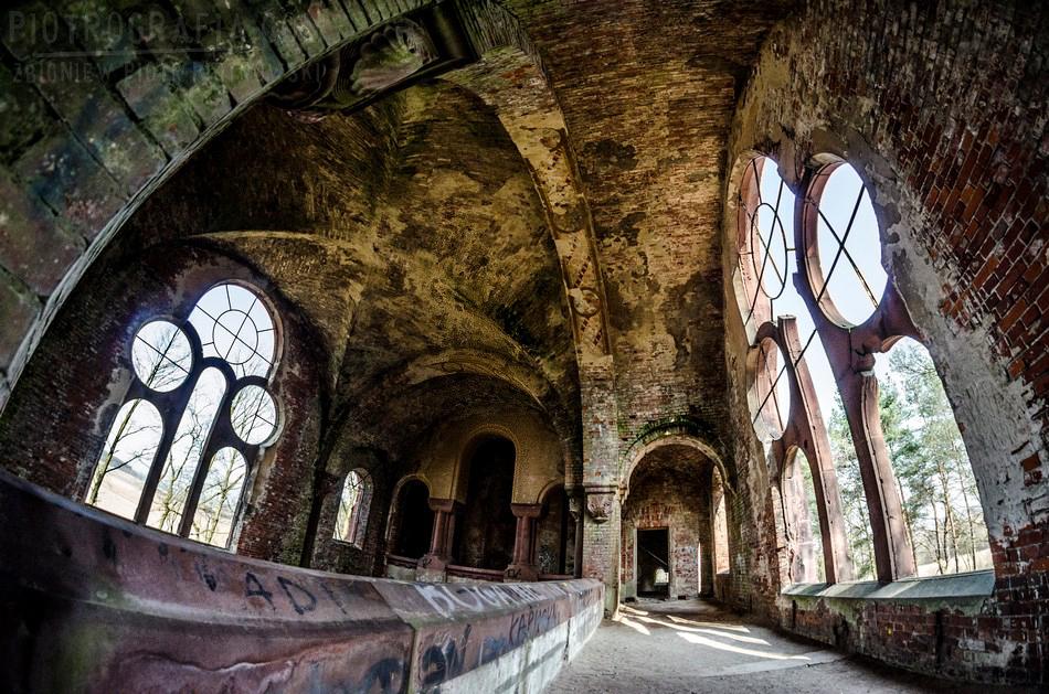 Opuszczony neoromański kościół, Pisarzowice